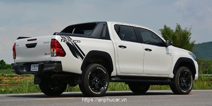 Toyota Hilux 2020 duoi xe