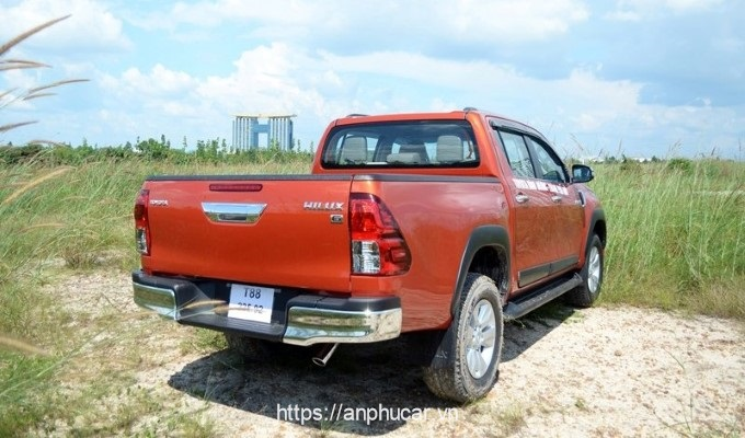 duoi xe toyota hilux 2015